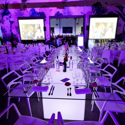 location mobilier événementiel chaise delta et table square lumineuse